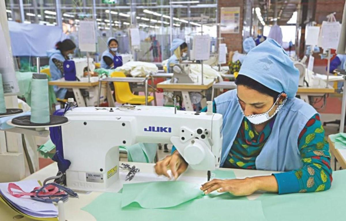Công nhân tại một nhà máy may mặc tại Bangladesh. (Nguồn: lightcastlebd.com)