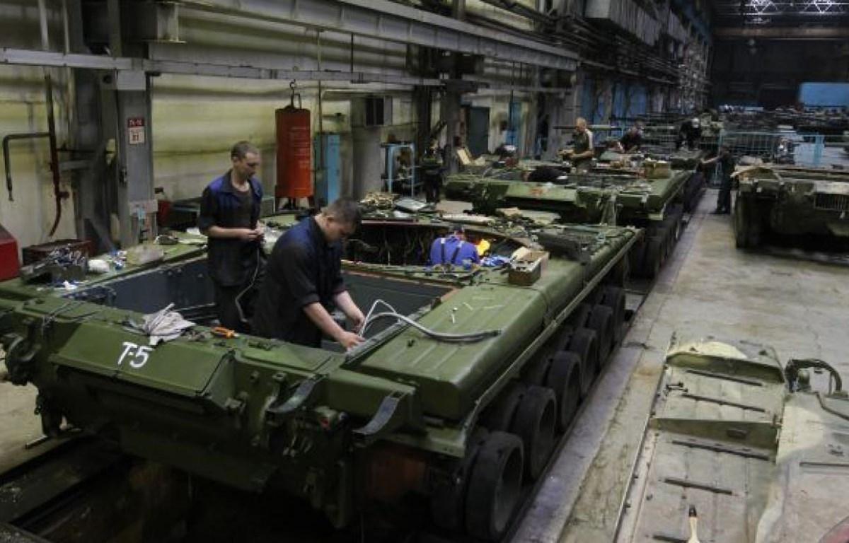 Công nhân làm việc tại một nhà máy quốc phòng của Nga. (Nguồn: themoscowtimes.com)