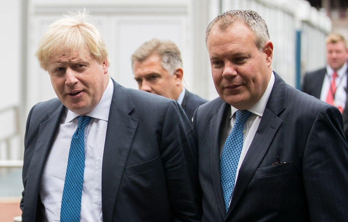 Thủ tướng Anh Boris Johnson (trái) và Quốc vụ khanh phụ trách Chính sách Thương mại Conor Burns. (Nguồn: The Independent)