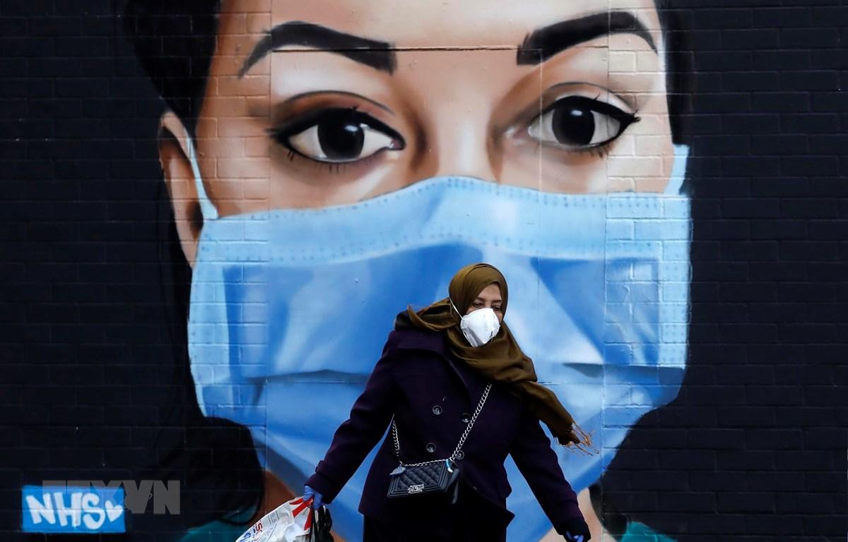 Người dân đeo khẩu trang phòng lây nhiễm COVID-19 tại London, Anh, ngày 22/4/2020. (Ảnh: AFP/TTXVN)