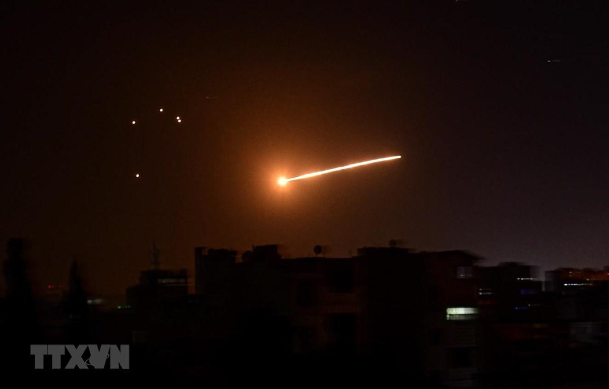 Hệ thống phòng không của Syria đáp trả vụ tấn công tên lửa của Israel nhằm vào thủ đô Damascus ngày 24/2/2020. (Ảnh: AFP/TTXVN)
