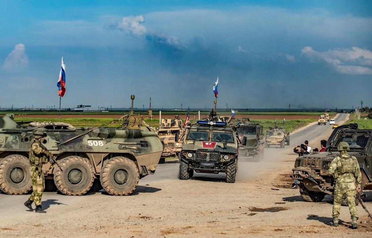 Xe quân sự Nga tuần tra tại làng Tannuriyah, Qamishli, tỉnh Hasakah, Syria ngày 2/5/2020. (Ảnh: AFP/TTXVN)