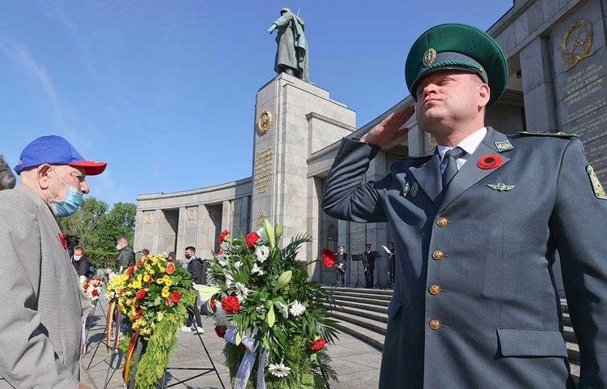 Một cựu chiến binh tham dự lễ kỷ niệm chiến thắng phátxít và kết thúc Chiến tranh thế giới thứ hai tổ chức tại công viên Tiergarten, Berlin. (Nguồn: Reuters)