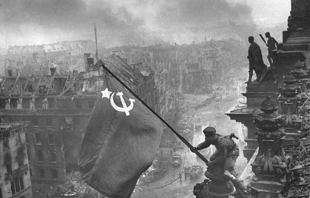 Người lĩnh Hồng quân Liên Xô vẫy cờ chiến thắng tại Berlin, Đức ngày 2/5/1945. (Nguồn: Wikipedia)