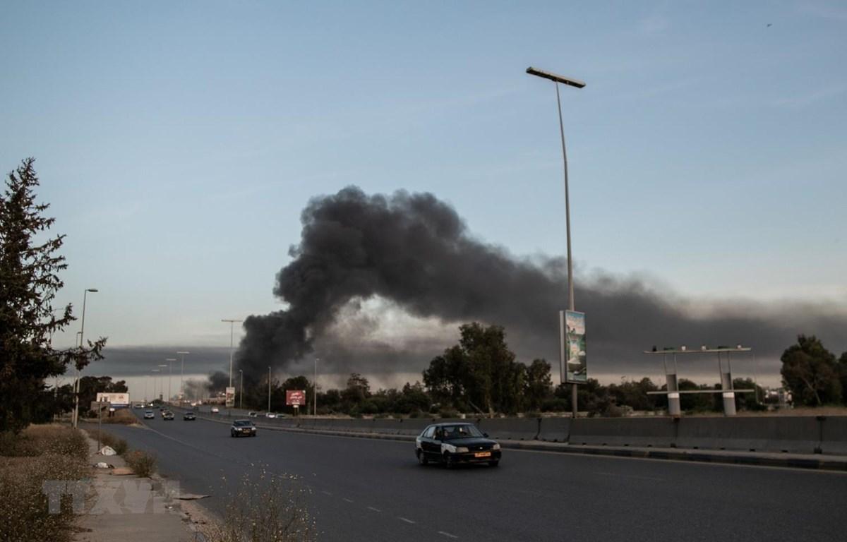 Khói bốc lên từ hiện trường vụ pháo kích ở quận Tajura, phía Đông thủ đô Tripoli, Libya ngày 6/5/2020. (Ảnh: THX/TTXVN)