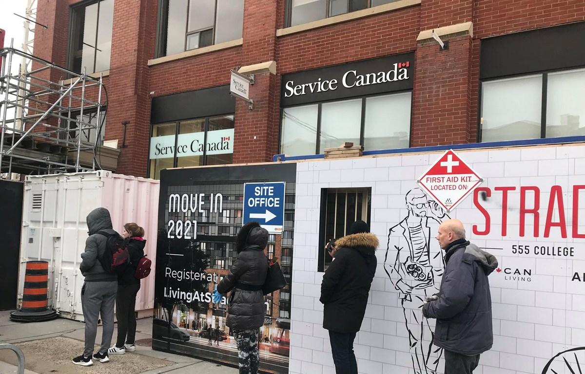 Người dân xếp hàng nộp đơn xin nhận trợ cấp thất nghiệp tại Toronto, Canada. (Nguồn: CTV Toronto News)
