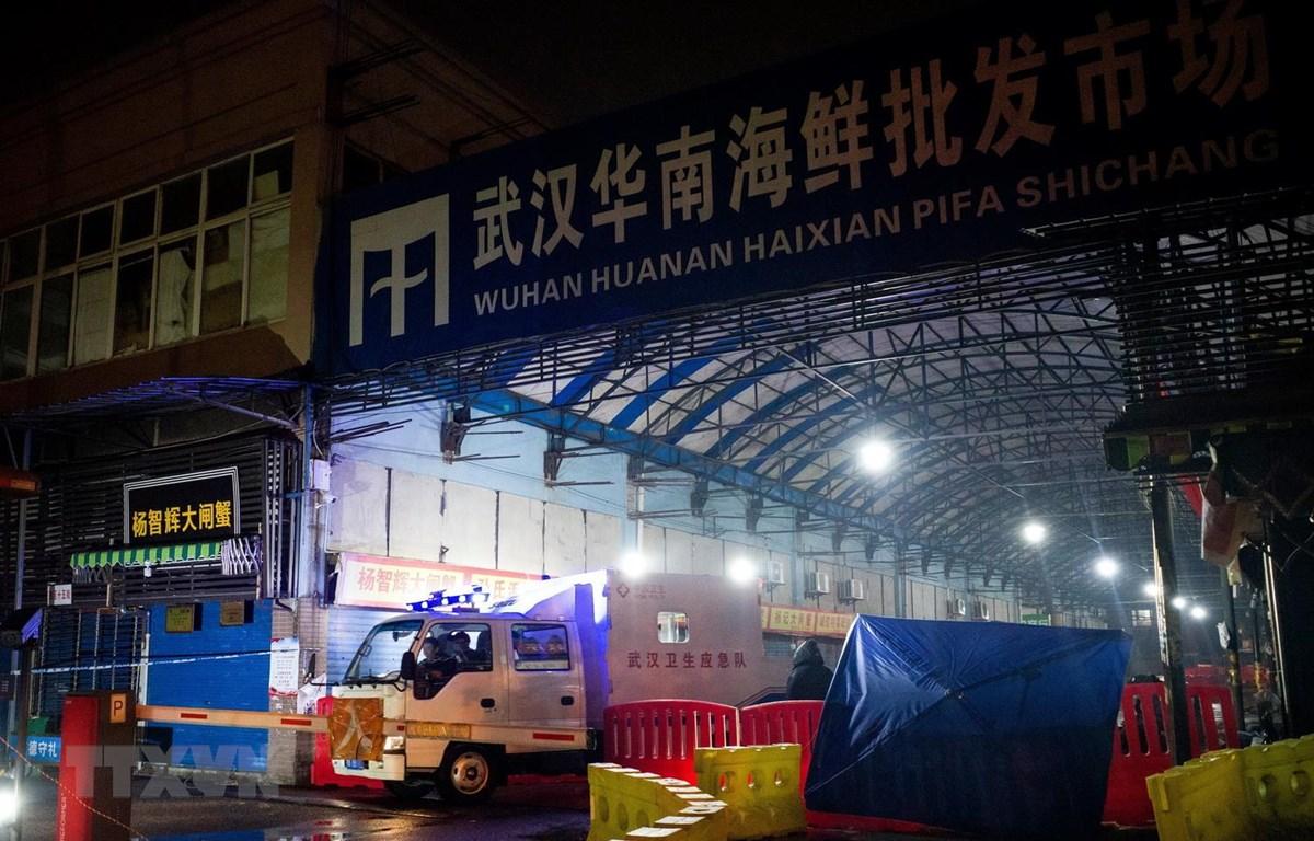 Chợ hải sản Hoa Nam ở Vũ Hán, tỉnh Hồ Bắc, Trung Quốc, bị đóng cửa ngày 11/1/2020, sau khi phát hiện các bệnh nhân nhiễm COVID-19. (Ảnh: AFP/ TTXVN)