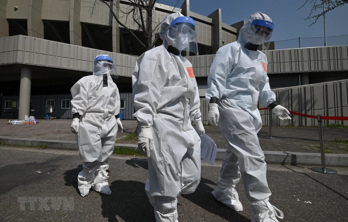 Nhân viên y tế làm việc tại điểm xét nghiệm COVID-19 ở Seoul, Hàn Quốc, ngày 3/4/2020. (Ảnh: AFP/TTXVN)