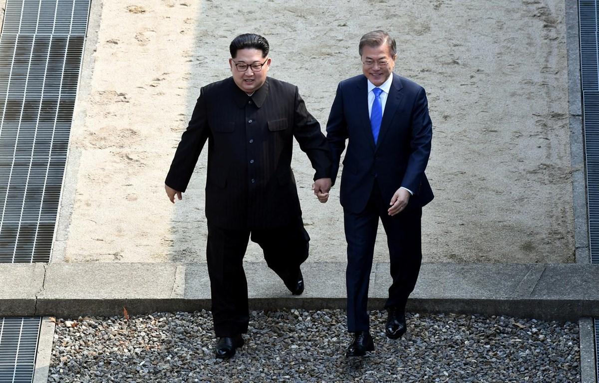 Tổng thống Moon Jae-in và nhà lãnh đạo Kim Jong-un nắm tay nhau tại làng đình chiến Panmunjom. (Nguồn: Reuters)