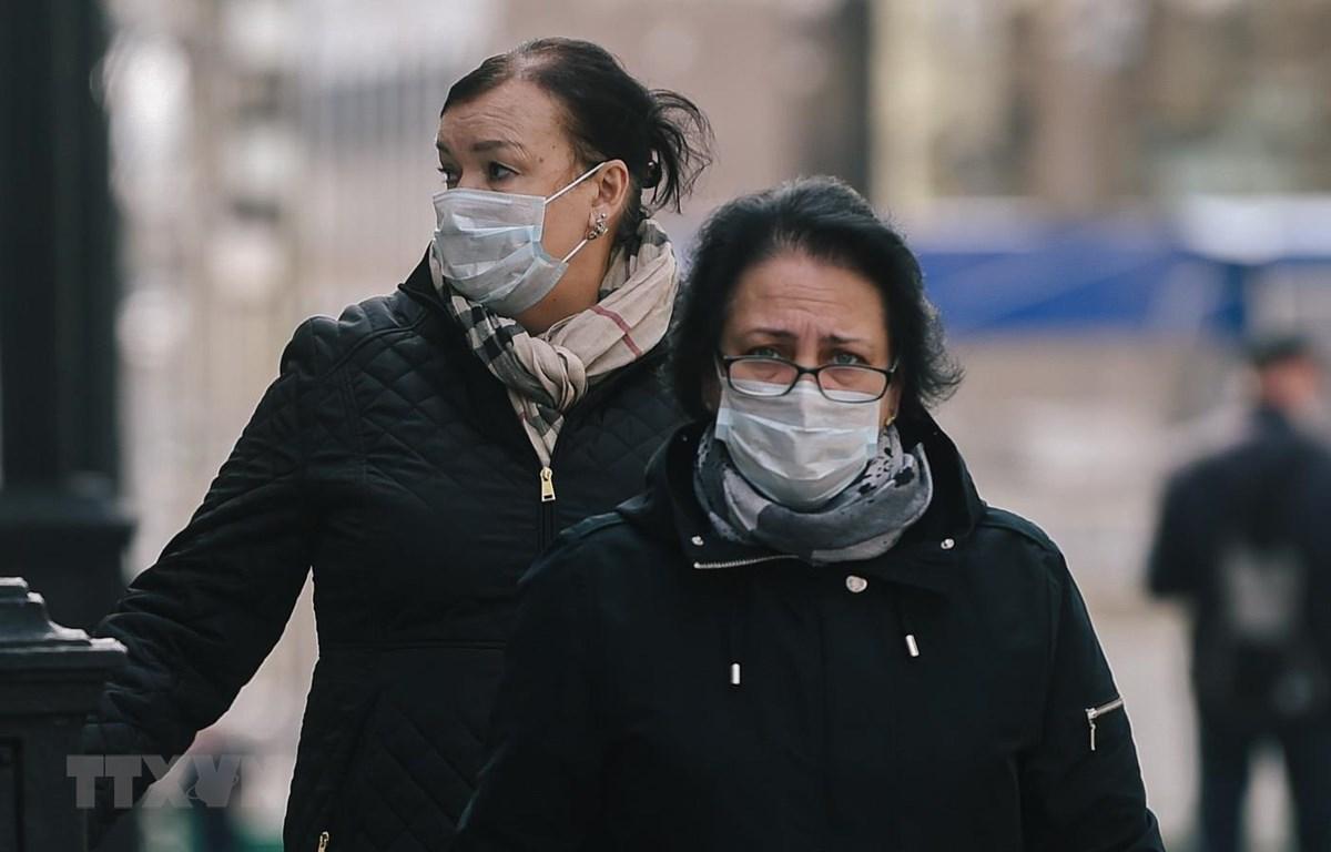 Người dân đeo khẩu trang phòng lây nhiễm COVID-19 tại Moskva, Nga. (Ảnh: THX/TTXVN)