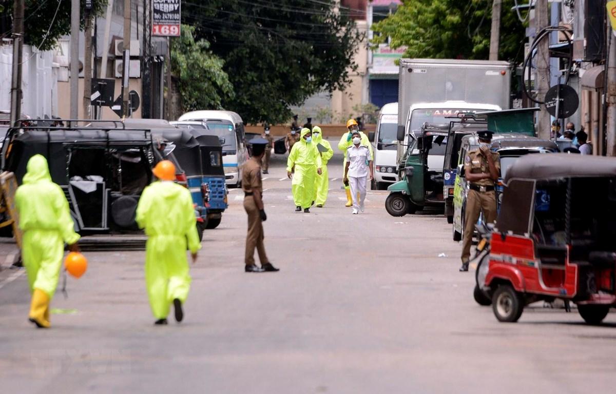 Một chốt kiểm dịch y tế nhằm ngăn chặn sự lây lan của COVID-19 tại Colombo, Sri Lanka, ngày 22/4/2020. (Ảnh: THX/TTXVN)