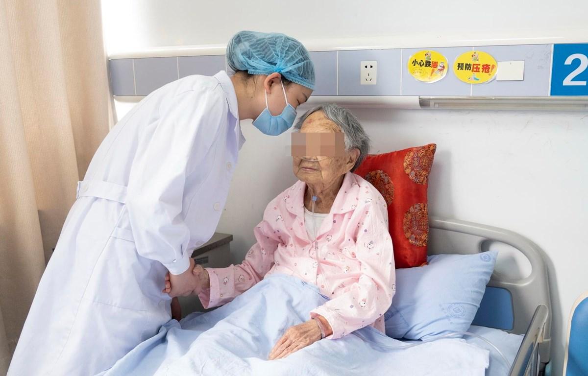 Nhân viên y tế chăm sóc bệnh nhân COVID-19 tại bệnh viện ở Thành Đô, tỉnh Tứ Xuyên, Trung Quốc ngày 8/5/2020. (Ảnh: THX/TTXVN)