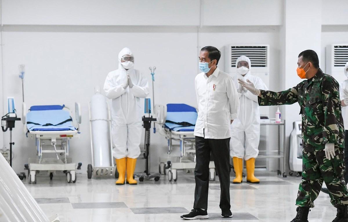 Tổng thống Indonesia Joko Widodo thăm bệnh viện dã chiến điều trị cho bệnh nhân COVID-19 tại Jakarta, Indonesia, ngày 23/3/2020. (Ảnh: AFP/ TTXVN)