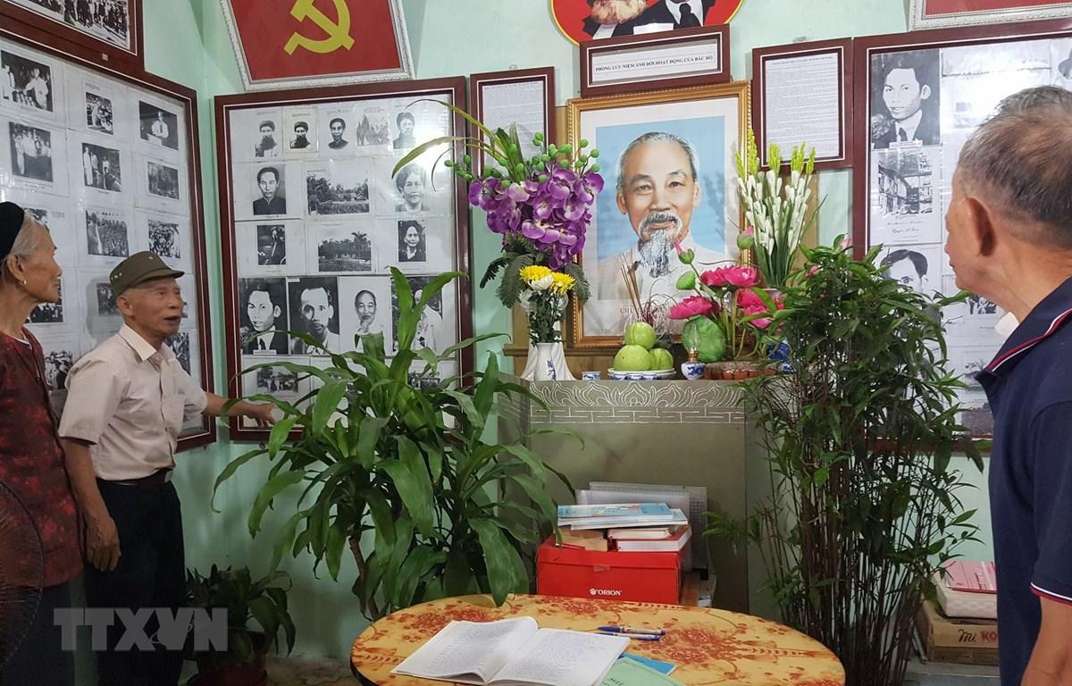 Khu tưởng niệm Chủ tịch Hồ Chí Minh được bố trí trang trọng tại Phòng lưu niệm. (Ảnh: Đinh Thuận/TTXVN)