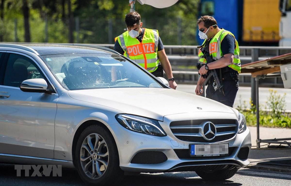 Cảnh sát Đức kiểm tra tại trạm kiểm soát biên giới với Áo ngày 23/4/2020,. (Ảnh: THX/TTXVN)