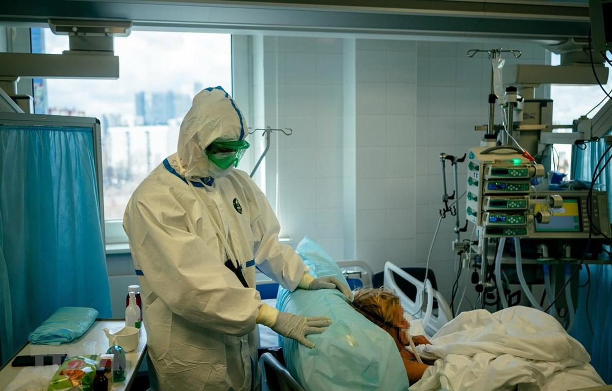 Nhân viên y tế điều trị cho bệnh nhân nhiễm COVID-19 tại bệnh viện K+31 ở Moskva, Nga ngày 20/4/2020. (Ảnh: AFP/TTXVN)