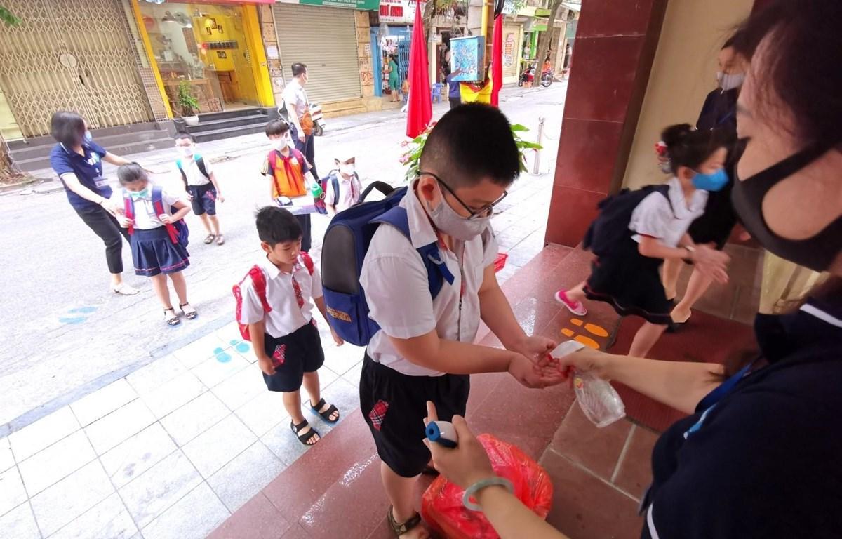 Học sinh đi học trở lại sau thời gian giãn cách. (Ảnh: Thành Đạt/TTXVN)