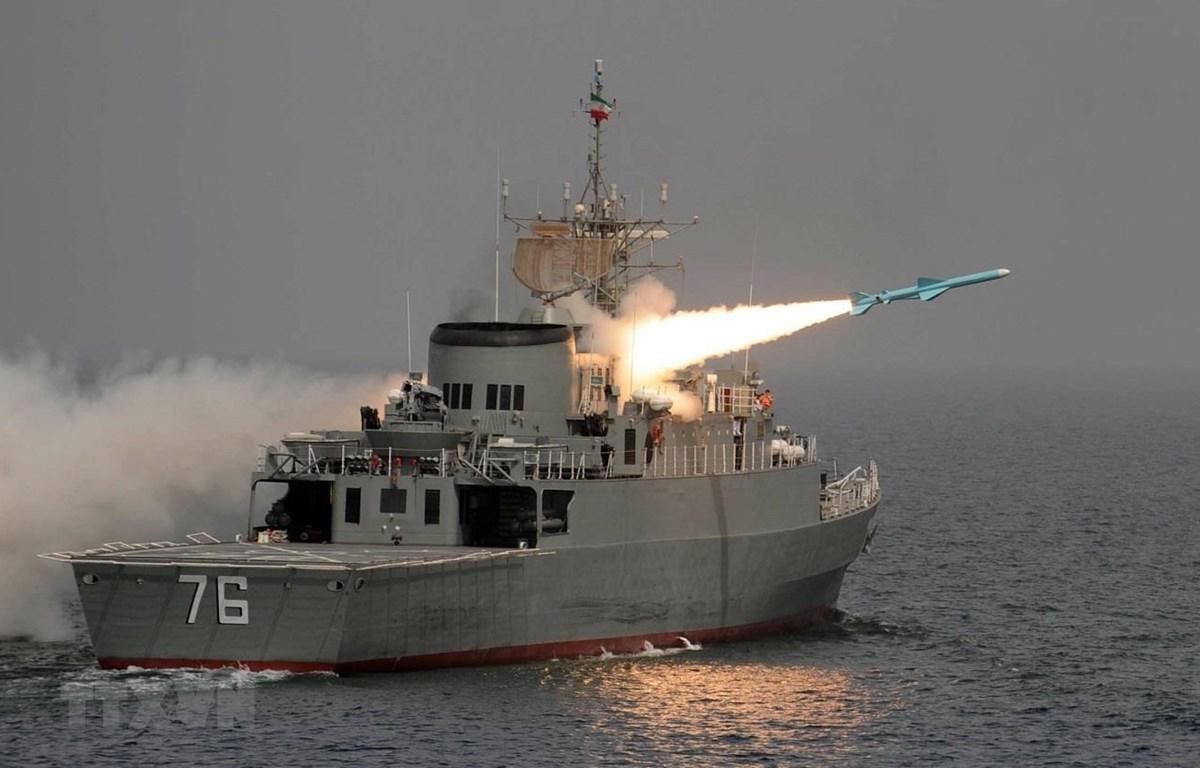Tàu khu trục Jamaran của Iran phóng thử tên lửa Nour ở ngoài khơi vùng Vịnh. (Ảnh: AFP/TTXVN)
