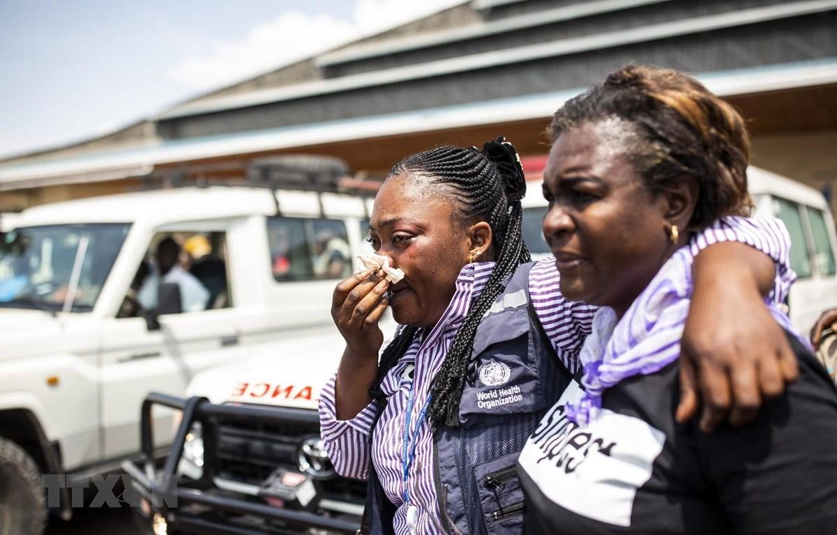 Nỗi đau của người dân khi thân nhân họ bị các tay súng sát hại tại Biakato thuộc tỉnh Ituri (Cộng hòa Dân chủ Congo) ngày 13/3/2020. (Ảnh: AFP/TTXVN)