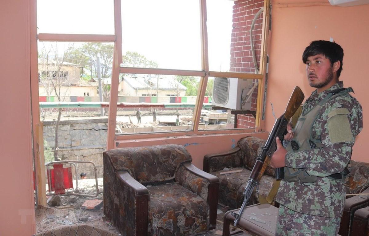 Lực lượng an ninh Afghanistan gác tại hiện trường một vụ tấn công ở thành phố Gardez, tỉnh Paktia, Afghanistan ngày 14/5/2020. (Ảnh: THX/TTXVN)
