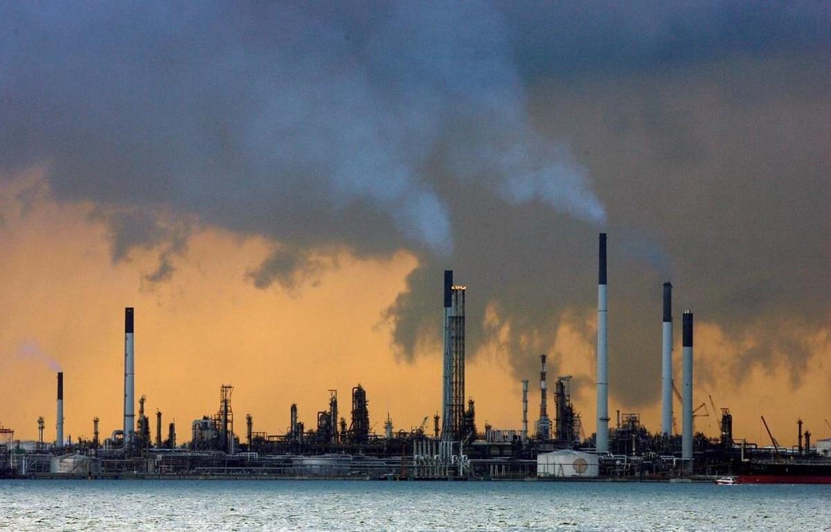 Một nhà máy lọc dầu của Singapore. (Nguồn: Reuters)