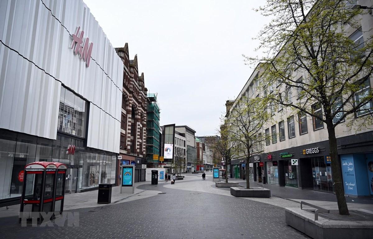 Các cửa hàng đóng cửa do dịch COVID-19 tại Liverpool, Anh ngày 18/4/2020. (Ảnh: AFP/TTXVN)