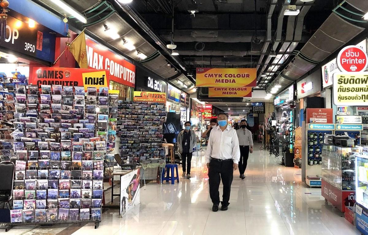 Người dân Bangkok đi mua sắm sau khi các biện pháp phong tỏa được nới lỏng. (Ảnh: Ngọc Quang/TTXVN)