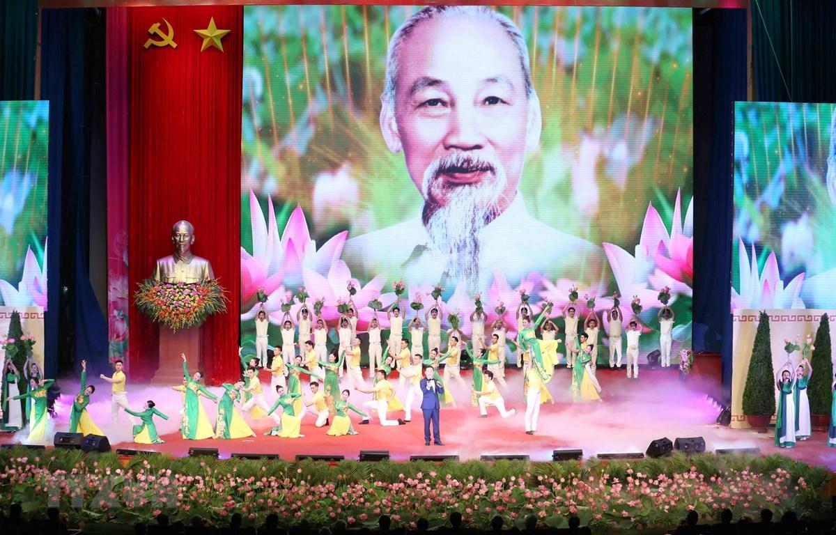 Tiết mục nghệ thuật biểu diễn tại Lễ kỷ niệm 130 năm Ngày sinh Chủ tịch Hồ Chí Minh. (Ảnh: Phương Hoa/TTXVN)