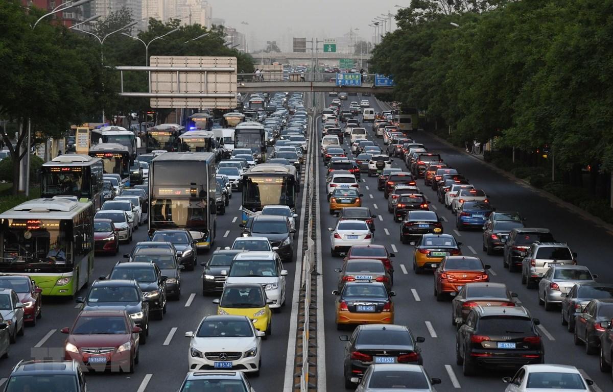 Ô tô lưu thông trên một tuyến đường ở thủ đô Bắc Kinh, Trung Quốc ngày 12/5/2020. (Ảnh: AFP/TTXVN)