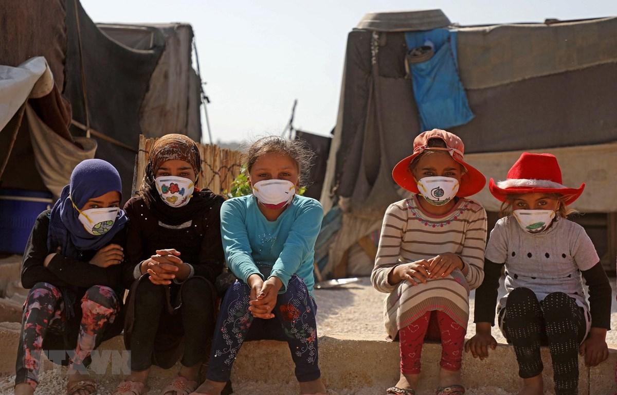 Trẻ em đeo khẩu trang phòng dịch COVID-19 tại một trại tị nạn ở tỉnh Idlib, Syria ngày 20/4/2020. (Ảnh: AFP/TTXVN)