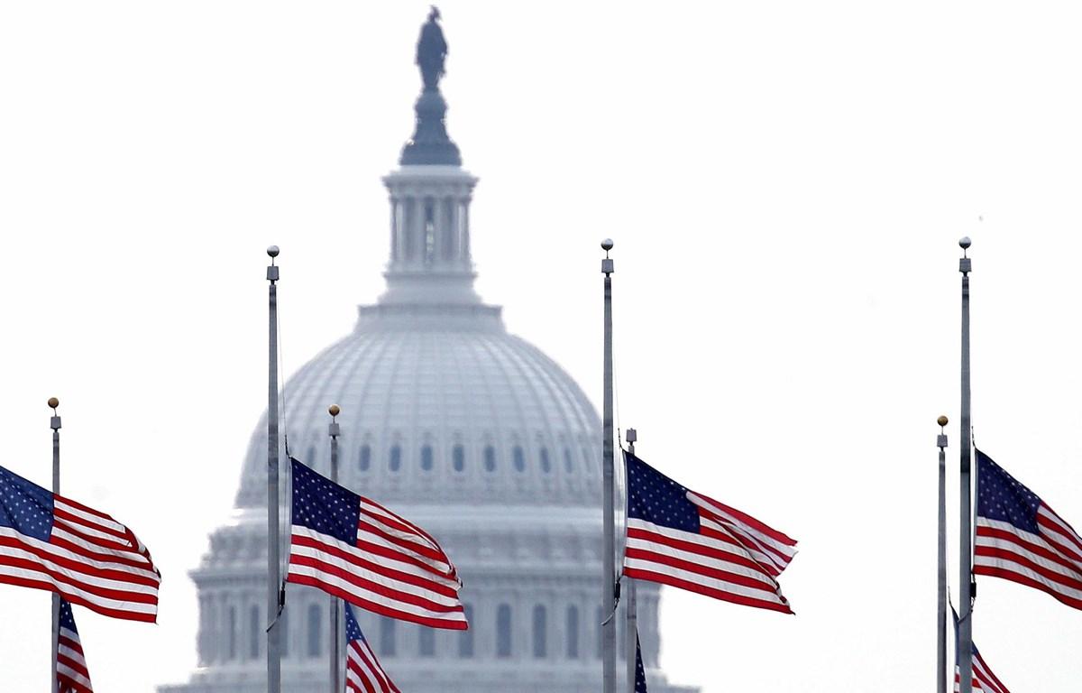 Mỹ treo cờ rủ tưởng niệm các nạn nhân dịch COVID-19. (Nguồn: Fox 4)