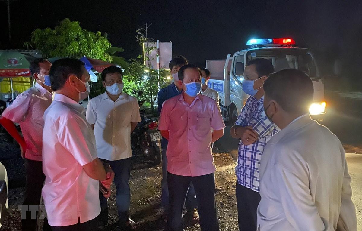 Lực lượng chức năng Hậu Giang tiến hành các biện pháp điều tra, giám sát dịch tễ tại bến xe Vị Thanh. (Ảnh: Duy Khương/TTXVN)