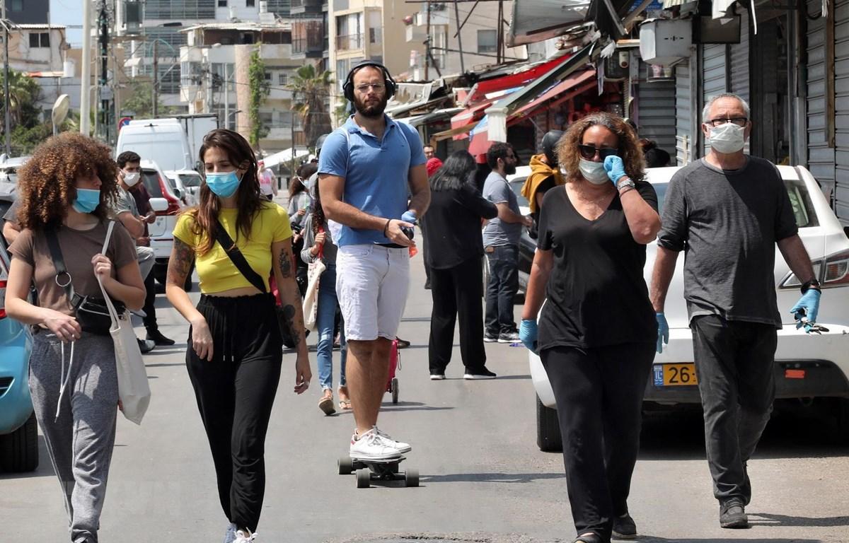 Người dân đeo khẩu trang phòng lây nhiễm COVID-19 tại Tel Aviv, Israel, ngày 17/4/2020. (Ảnh: THX/TTXVN)