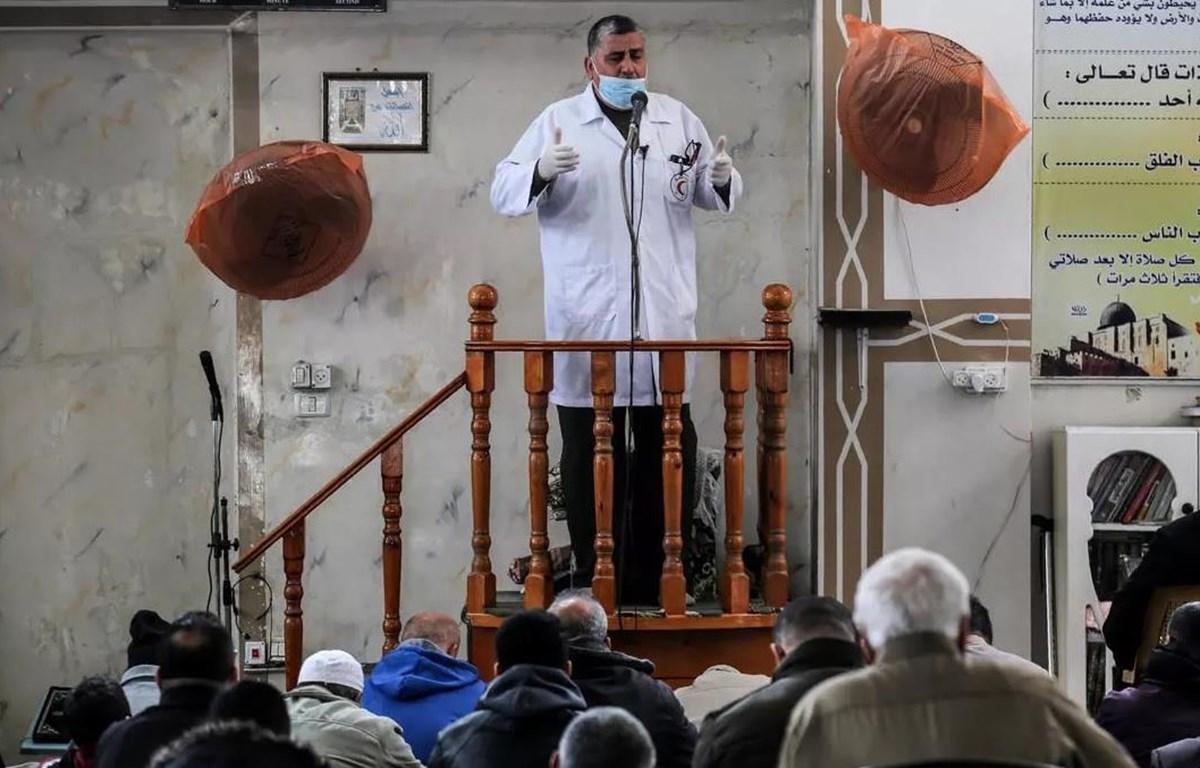 Bác sỹ hướng dẫn các biện pháp phòng chống dịch COVID-19 lây lan trong bệnh viện cho các bệnh nhân ở Dải Gaza. (Nguồn: AFP)