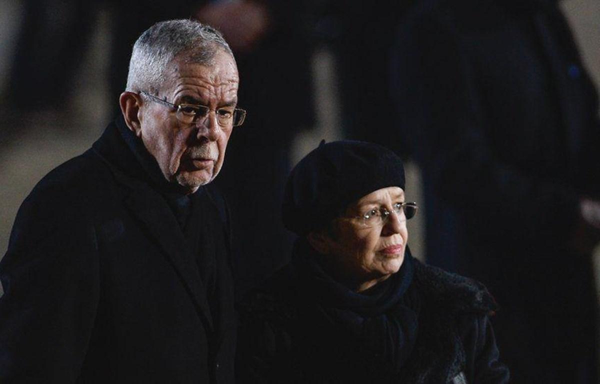 Tổng thống Alexander Van der Bellen cùng vợ bị cảnh sát phát hiện đang ở một nhà hàng sau giờ giới nghiêm. (Nguồn: Getty Images)