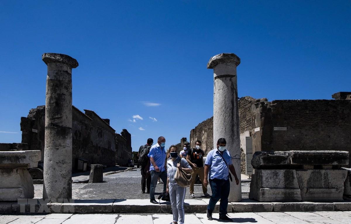 Khách thăm quan khu di tích Pompeii của Italy ngày 26/5/2020 sau một thời gian ngừng đón khách do dịch COVID-19. (Ảnh: AFP/TTXVN)