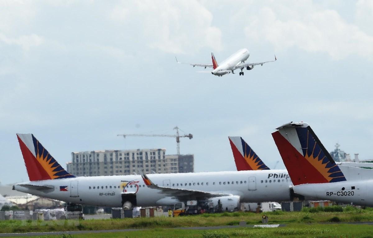 Máy bay của Hãng hàng không quốc gia Philippines (PAL) cất cánh từ sân bay quốc tế Manila, Philippines. (Ảnh: AFP/TTXVN)