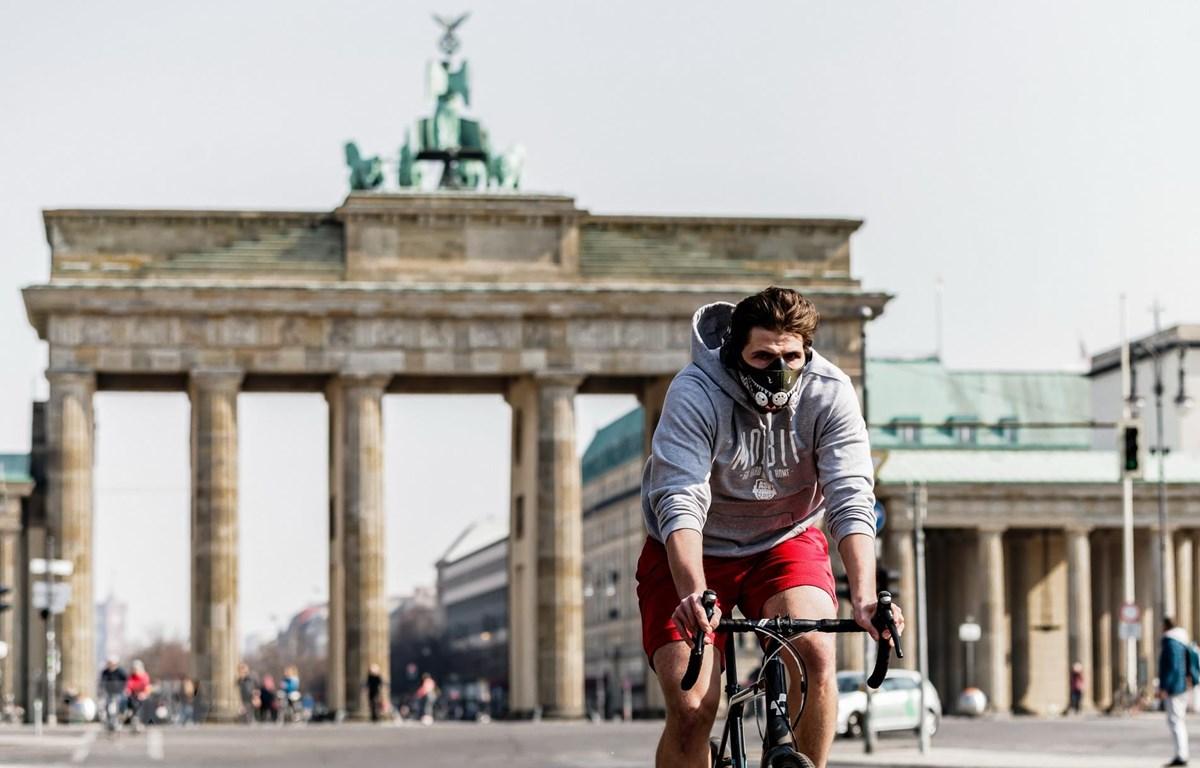Người dân đeo khẩu trang phòng lây nhiễm COVID-19 tại Berlin, Đức. (Ảnh: THX/TTXVN)