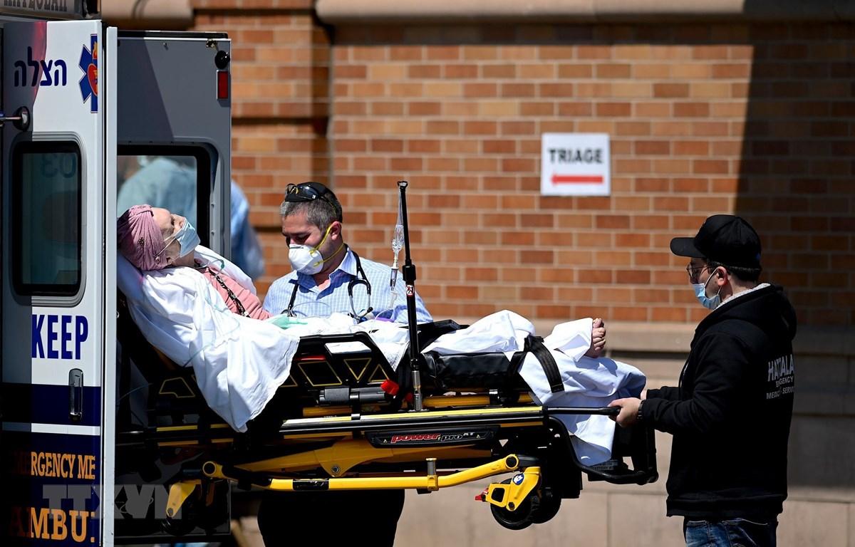Nhân viên y tế chuyển bệnh nhân mắc COVID-19 vào một bệnh viện ở New York, Mỹ ngày 14/5/2020. (Ảnh: AFP/TTXVN)