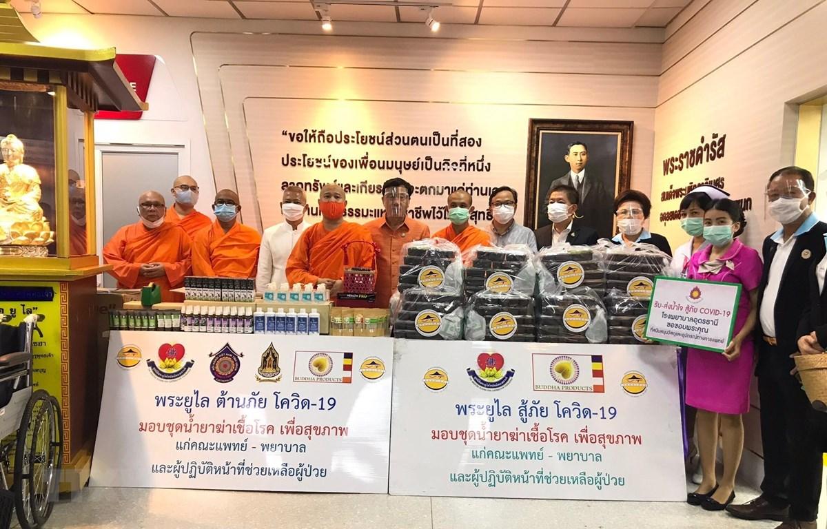 Lễ trao tượng Phật, xe lăn và vật tư y tế phòng chống dịch COVID-19 cho Bệnh viện tỉnh Udon Thani. (Ảnh: TTXVN phát)