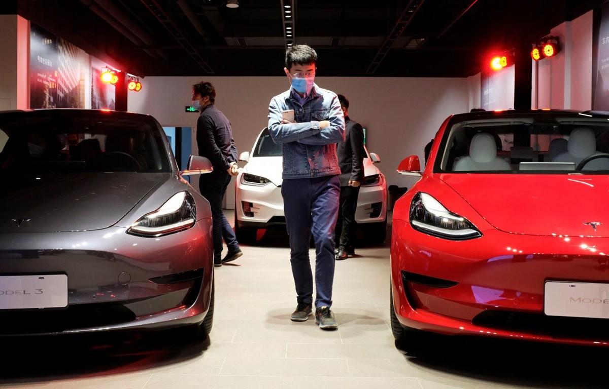 Người dân tham khảo tại một showroom ôtô ở Thượng Hải, Trung Quốc. (Nguồn: Reuters)