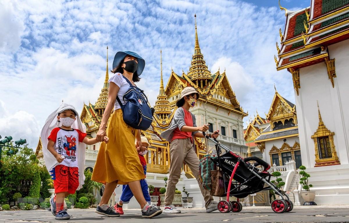 Người dân và khách du lịch thăm Hoàng cung ở thủ đô Bangkok, Thái Lan, ngày 7/6/2020. (Ảnh: AFP/TTXVN)