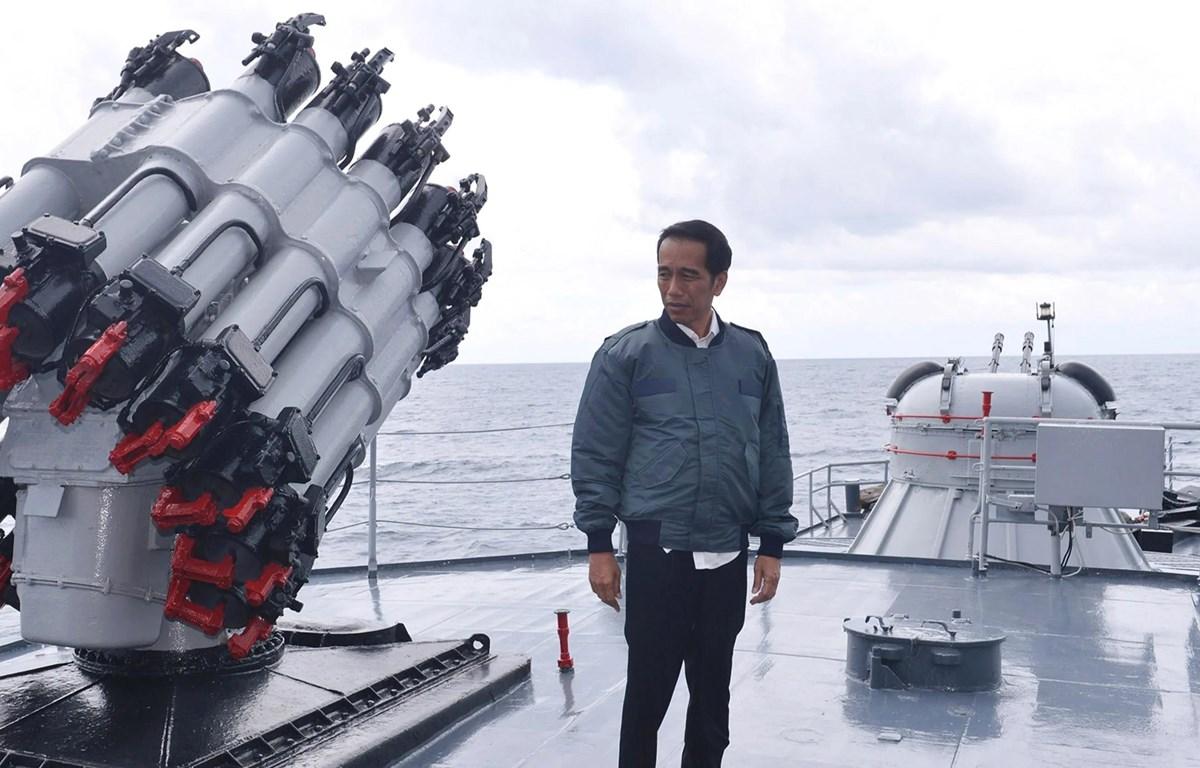 Tổng thống Joko Widodo đứng trên boong một con tàu Hải quân Indonesia. (Nguồn: Reuters)