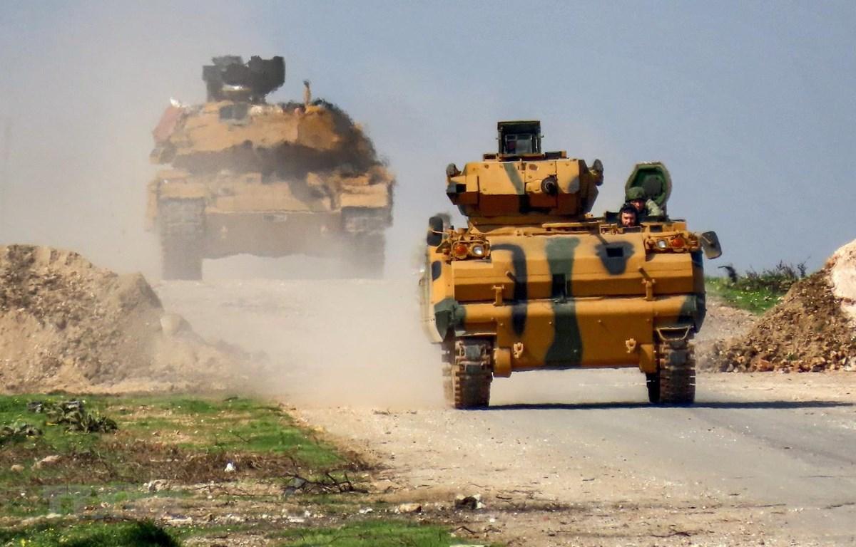 Xe quân sự của Thổ Nhĩ Kỳ trên đường cao tốc giữa tỉnh Aleppo và Latakia, miền bắc Syria, ngày 15/3/2020. (Ảnh: AFP/TTXVN)