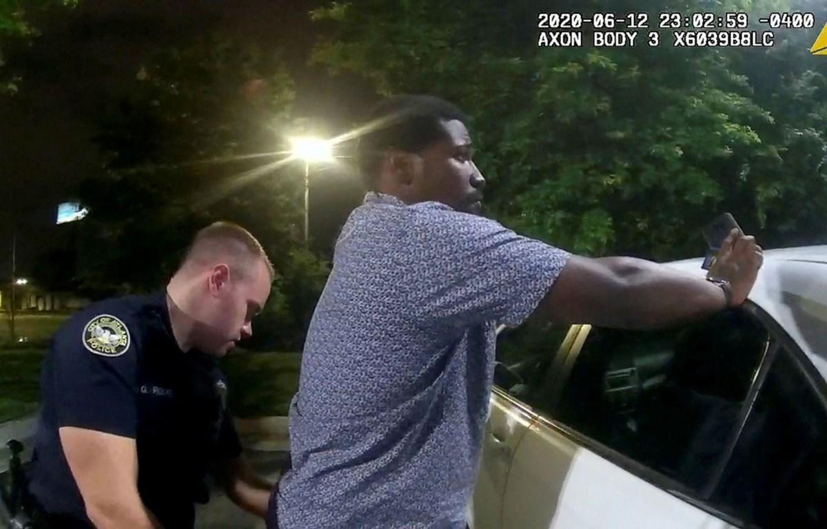 Rayshard Brooks bị cảnh sát khám xét trước khi bị bắn chết. (Nguồn: abcnews.go.com)