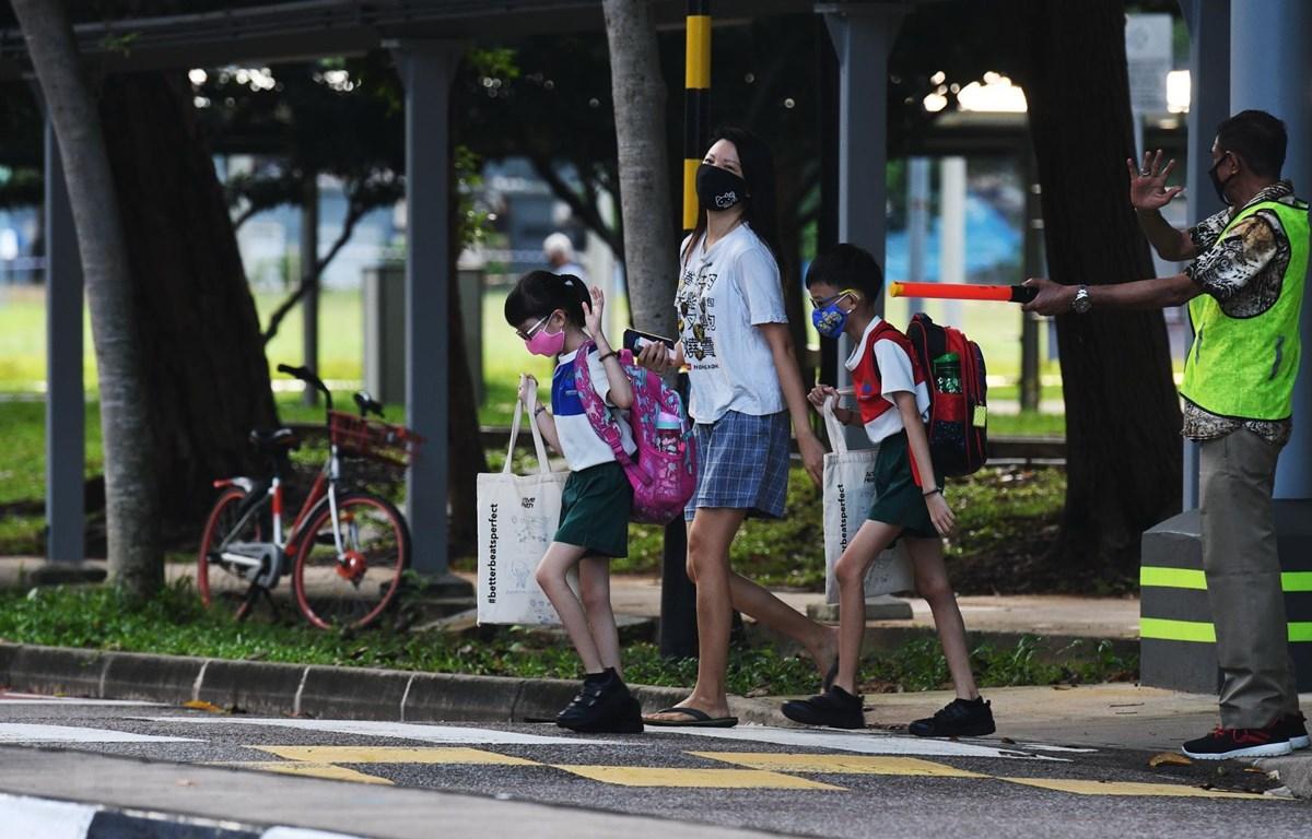 Người dân đeo khẩu trang phòng lây nhiễm COVID-19 tại Singapore ngày 2/6/2020. (Ảnh: THX/TTXVN)