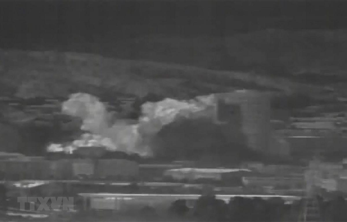 Khói bụi bốc lên sau vụ nổ tại khu công nghiệp Kaesong, nơi đặt văn phòng liên lạc chung giữa Triều Tiên và Hàn Quốc. (Ảnh: AFP/TTXVN)