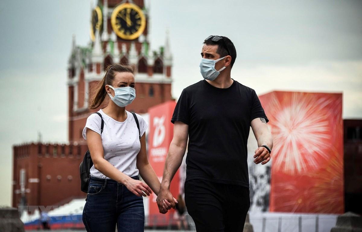 Người dân đeo khẩu trang phòng dịch COVID-19 tại Moskva, Nga ngày 15/6/2020. (Ảnh: AFP/TTXVN)