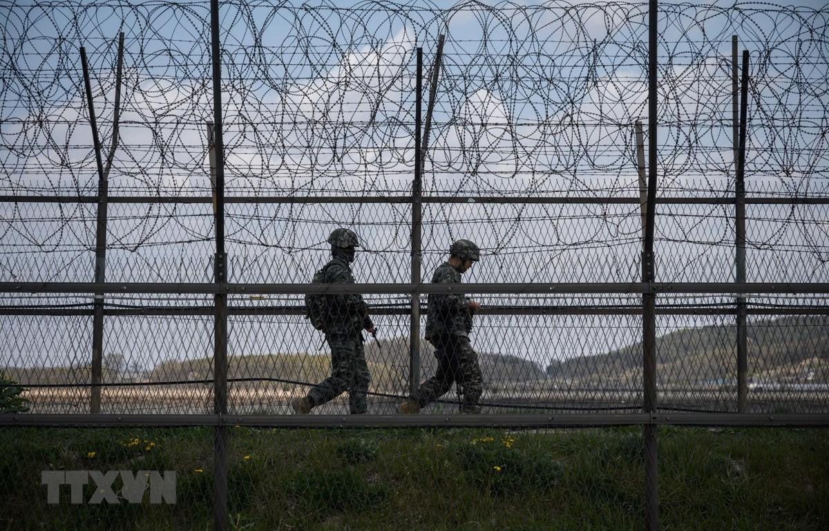 Binh sỹ Hàn Quốc tuần tra tại khu phi quân sự chia cắt hai miền Triều Tiên trên đảo Ganghwa, ngày 23/4/2020. (Ảnh: AFP/TTXVN)