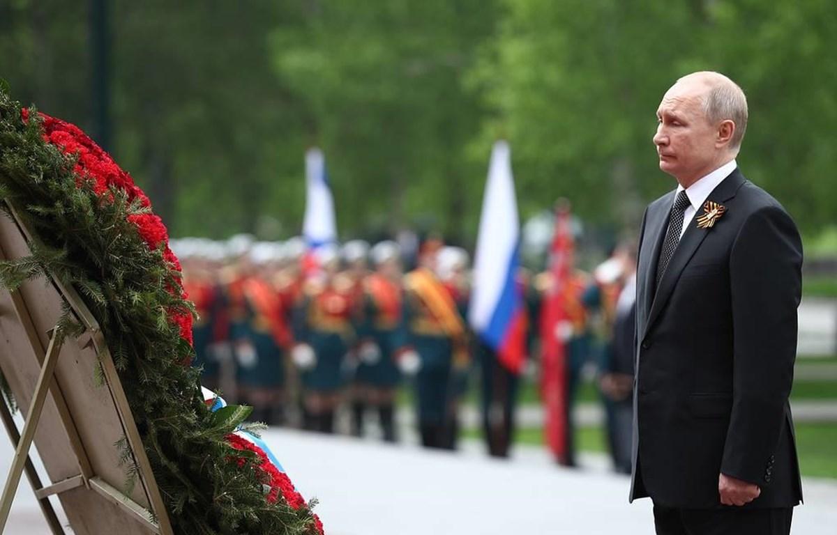 Tổng thống Putin đặt vòng hoa viếng tại Tượng đài Các chiến sỹ vô danh. (Nguồn: TASS)